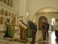 Награждённый благодарит образ Святого благоверного Великого князя Андрея Боголюбского